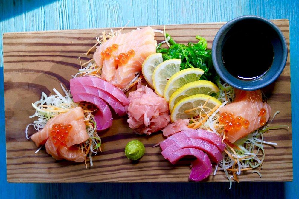 Sashimi valik 20€  Äärmiselt VÄRSKE ja hõrk valik. Lõhe, wakame, soja, tuunikala…. Tuunikala ei pruugi küll igaühe lemmik olla, aga 2/4 meist leidsid, et see tuunikala oli tõeliselt hea. Kes vähegi sashimist ja värskest kalast hoolib, siis julgeme seda vägagi soovitada!!