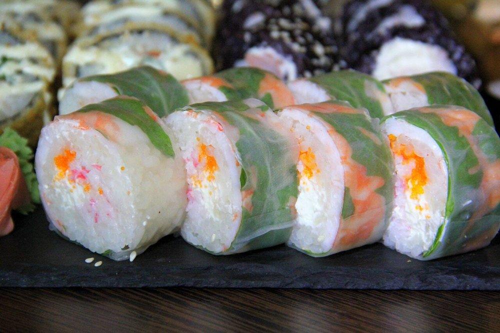 ....  Rakoshi Virgin 17,2€   hiidkrevett, lumekrabi, philadelphia, lendkalamari, rucola   Rucola oli imeline! Sushi puhul veidi harjumatu, aga ootamatult sobiv lisand. Välimuselt puhas, rikkumata ja pastelne, lendkalamari lisab splashi särtsakat orantši, aga muidu on kõik talviselt hele. Krevetimaitse oli küllaltki domineeriv, kuid nauditaval viisil. Hinna poolest kõige rohkem kõrgustesse küündiv!  ..    Rakoshi Virgin 17,2€  Rucola was amazing! For sushi it is quite unique, but it worked better than expected. Even the roll itself was really (as we would say a CAMO-sushi) looks a little like the military print. Really nice pastel tones, which the flying fish roe gives a splash of orange. If you have plenty of money to spend on food, we would definitely recommend trying this!  ....