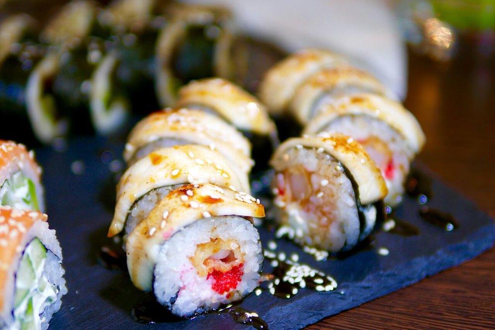 """....  Akuma Rakoshi 12,1€   lumekrabi, philadelphia, võikala, lendkalamari, tempura hiidkrevett, unagi kaste   Võikala ei kütnud meis erilist kirge. Kui Tai Bohis olles avastasime salati, kus oli liiga palju erinevaid meresaadusi, siis selle sushi kohta võib midagi sama kurta. Üle ei maksa pingutada, sest kipub olema nii, et """"less is more"""".  ..    Akuma Rakoshi 12,1€  Way too many components! Sometimes less is more, you know. In this case there were too many tastes in one little sushi roll. This sushi was not our favourite.  ...."""