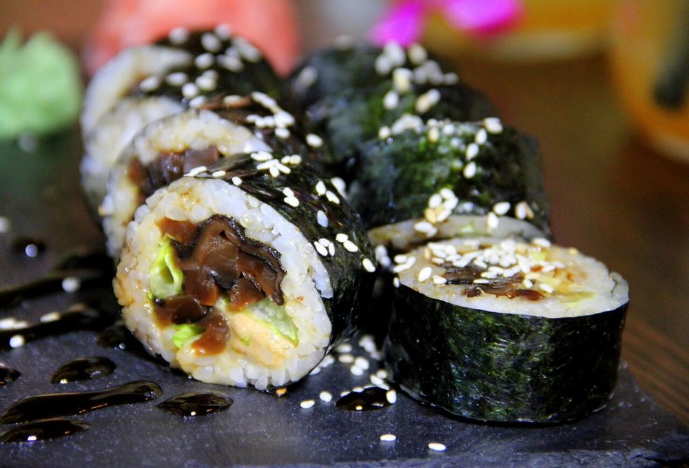 ....  Šiitake maki 7,2€   keshju kaste, salat, šiitake, unagi kaste   See maki tekitas meis vastakaid arvamusi:  1. Malbe taimetoitlaste sushike. Ei üllatanud, ei pannud pettuma.    2. Üks lemmikuid! Tänu toorjuustu puudumisele tulid esile palju huvitavamad maitsed.  ..    Shitake maki 7,2€  For this sushi our opinions were divided into 2:  The first opinion: modest vegetarian maki. Did not surprise us, but was not bad also.  The second opinion: one of the favorites! Due to cream cheese not overflowing the maki, we could taste some different flavours.  ....
