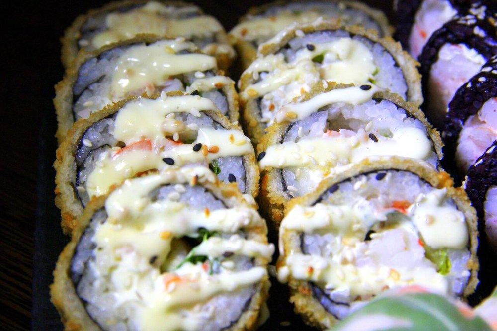 ....  Caesari tempura hiidkrevetiga 8,9€  Kastme kohta sama märkus, mis Caesari pitsa kohta - liialt majoneesine ja rammus. Tempura ise oli aga nauditav koos nende sushi sisse peidetud värskete salatilehekestega!  ..    Caesar tempura with king prawns 8,9€  We didn't enjoy the Caesar sauce on the top of the sushi, because we thought that it contained too much mayo and was too acidulous. The tempura itself was nice though!  ....