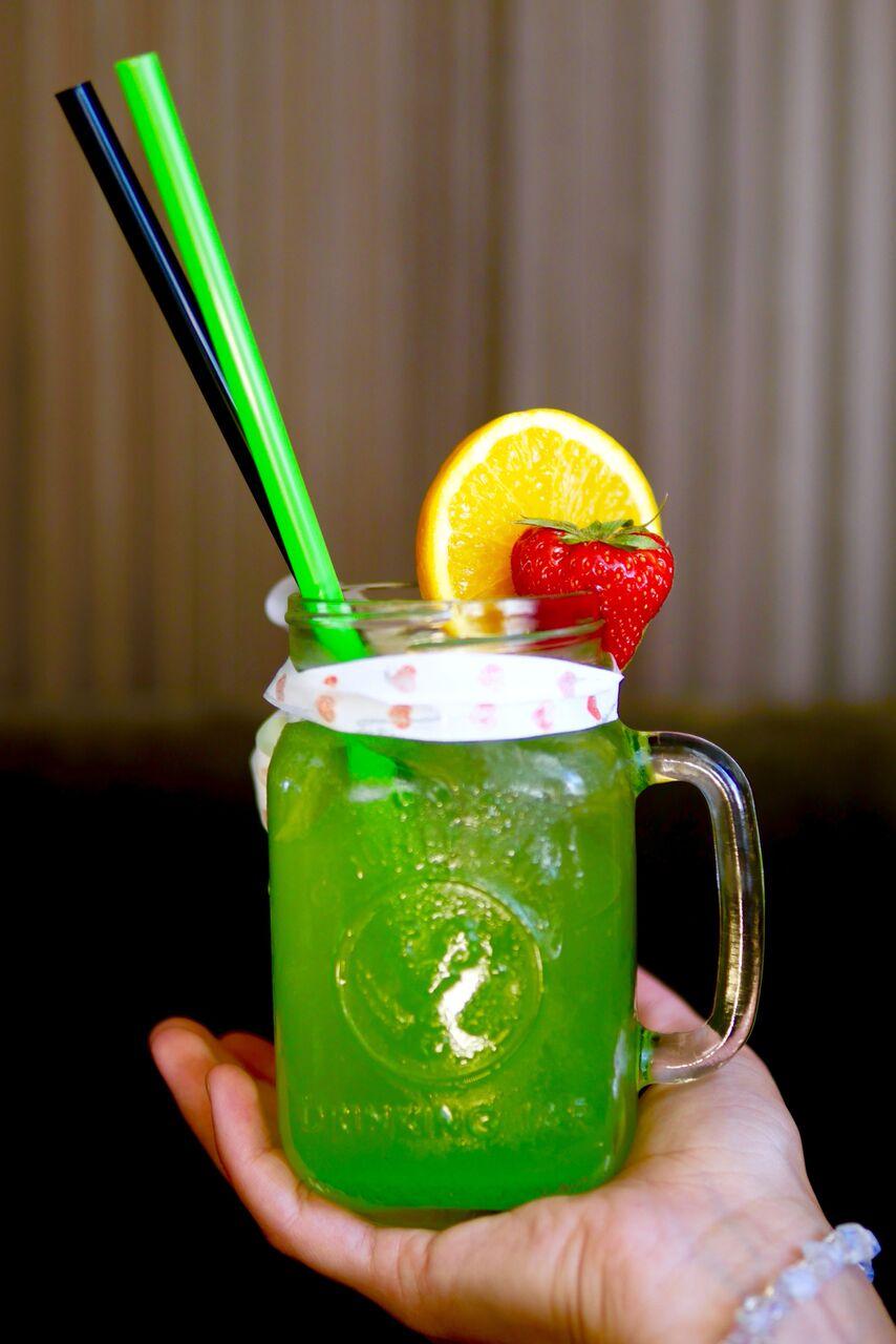 ....  Green Apple-Cucumber   Green apple puree, cucumber syrup, lemonade   See jook meenutas neid kunagisi populaarseid Haribo kummikomme - roheline konn valge kõhuga. Osadele meist see jook väga ei maitsenud, tundus kuidagi liiga magus. Aga üks, kelle jaoks just need samad Haribo konnakommid on igavesti lemmikkommid, tundis joogist väga suurt nostalgilist äratundmisrõõmu.  ..  This drink reminded us of the green frog gummy candies by Haribo. Some of us were not so fond of the lemonade, because it was too sweet. However, for one of us it was a nostalgic moment, because it was her favorite candy of all time!  ....