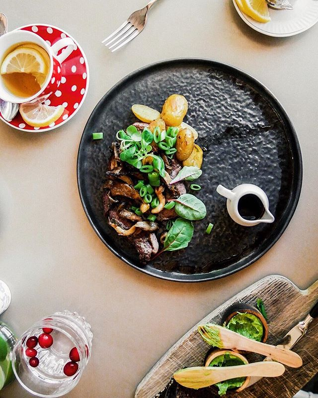 Kui Näljane Nelik restorani jõudis, olid mehed juba köögis 🤔 nojah, mis seal siis ikka...tegid meile süüa ja oioi kui head...link in bio 👀
