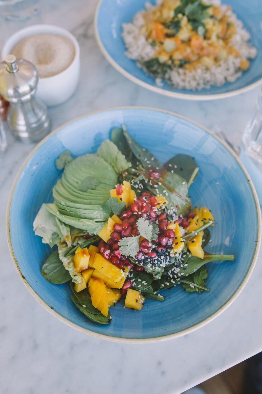 ....  Soe salat topelt avokaadoga   mango, avokaado, granaatõunaseemnete, kressi, rohelise salati, koriandri, seemnete ja laimi-, tšilli-, seesamiõli- ja ingverikastmega   ..  Warm salad with double avocado  ....