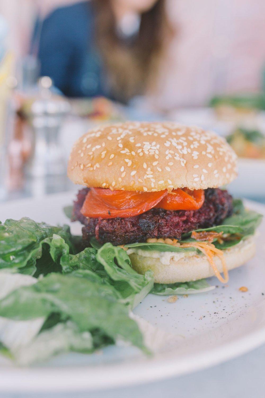 ....  Vegeburger   Peedi-kikerhernekotleti, hummuse, porgandi-, läätse- ja spinatisalati ning marineeritud paprikaga, serveeritud rohelise salatiga   ..  Veggieburger  ....