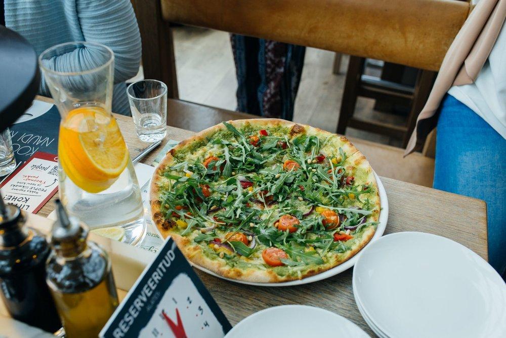 Pizza Crema di Avocado   Vegan pitsa kreemja avokaadokastme, vegan juustu, sibula, paprika ja kirsstomatitega