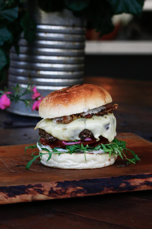 Truffle 9 €   Talu maheveiseliha, Swiss-juust, pancetta, rukola, tomat, marineeritud punane sibul, trühvli-mayo    No lihtsalt vaadake neid komponente! Megamahlane burger, ülimaitsev pihv ja see trühvlimajonees tõi pisara silma. See lause kehtib ilmselt kõige kohta Jahus, aga SEDA TELLIKS VEEL!