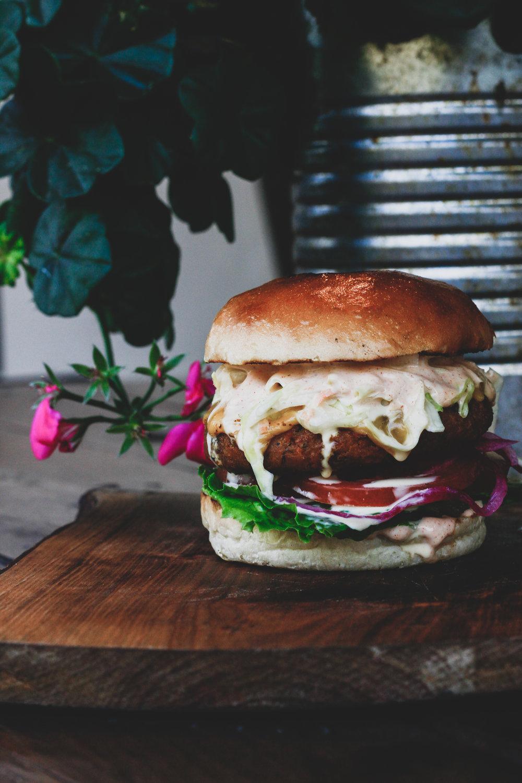 Chickpeas 8 €   Kikerhernepihv, Ameerika Cheddari juust, coleslaw-salat, lehtsalat, tomat, marineeritud punane sibul, chipotle-mayo    Sellel burgeril on kerge retro rannaburgeri vibe tänu coleslaw salatile. Kõrgklassi rannaburger! Kikerherne pihv oli samuti parajalt mahlakas (see kipub tihtipeale kuiv olema). Burger oli VÄGA maitsev, kuid kui võrrelda kahte burgerit, mida proovisime, siis teine jäi rohkem meelde.