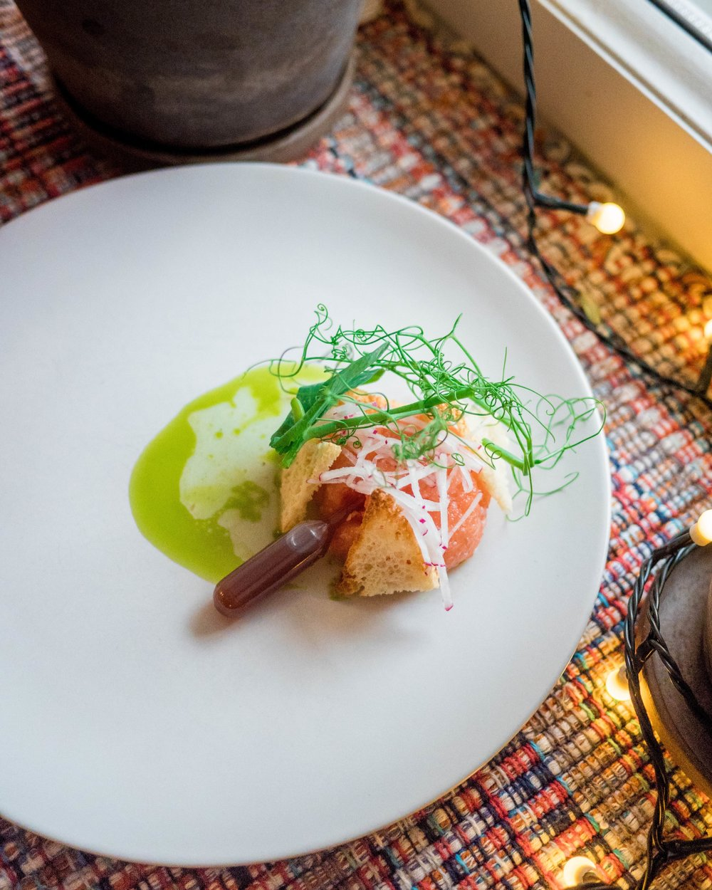 EELROOG - PUNAKALA TARTAR    Sojapipett, marineeritud ingver,  wakame , krõbe melba   Täiega Susanni söök – soja ja toores kala. Väga värske ja lihtne kombinatsioon, mis on kokku pandud väga elegantselt, näiteks millal sina viimati pipetti nägid oma toidus?! Selle pipetiga sai ka reguleerida oma toidu vürtsikusastet - kui äge see veel oli.