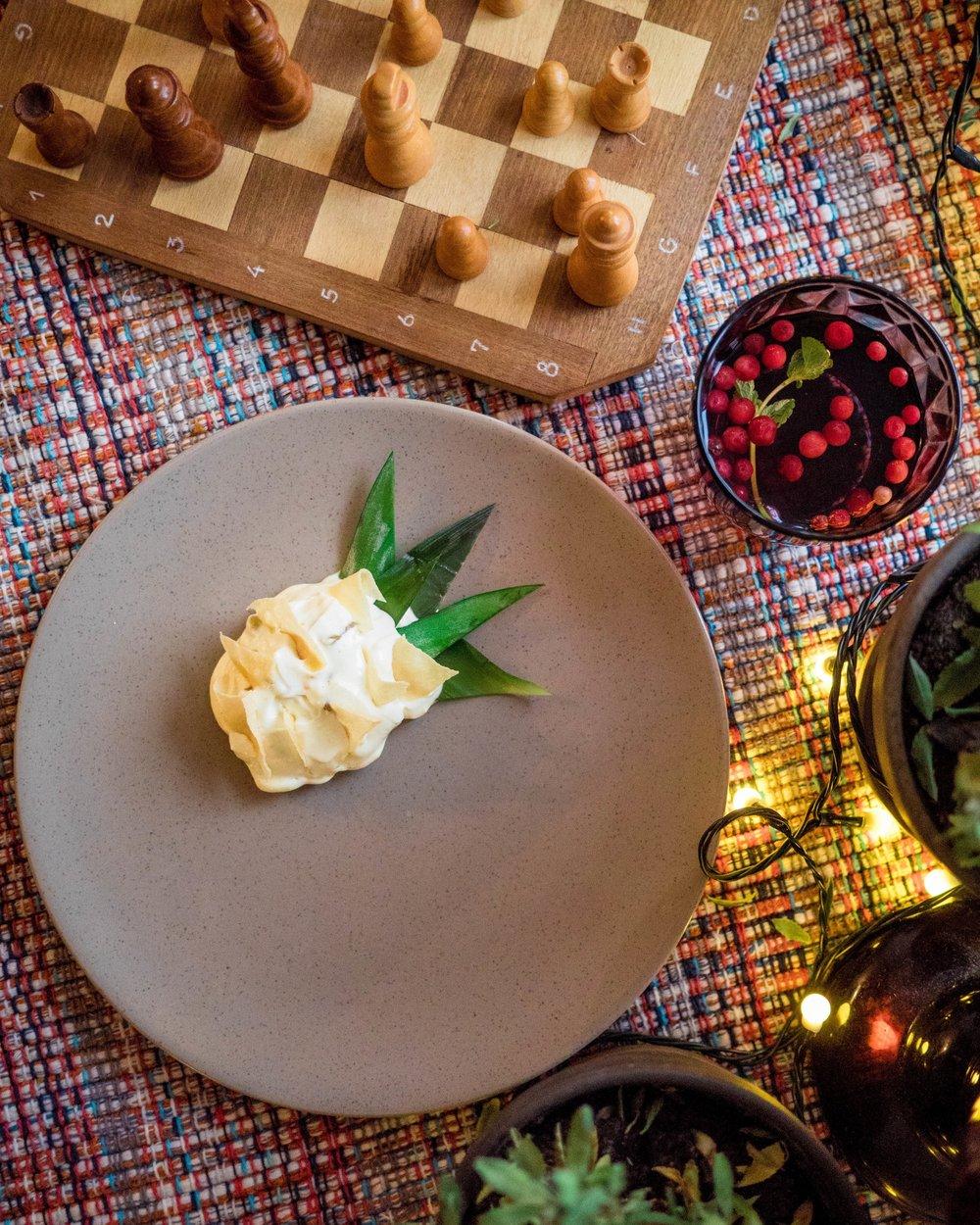 MAGUSROOG - VÕLTS ANANASS    Karamelliseeritud ananass, Cointreau-kreem, krõbedad õhikud   Me ei tea, mis teema Susannil selle restoga oli, aga see oli ühtlasi ka tema lemmikmagustoit terve nädalavahetuse vältel! Nii mõnna ja värske maitse. Ja imearmas presentatsioon. Aa, muide sõime nende vege magustoitu ka, milleks oli vegan hapukoor koos mustikate ja mündiõliga. See meeldis meile samuti väga, ei teagi, kumb parem oli.