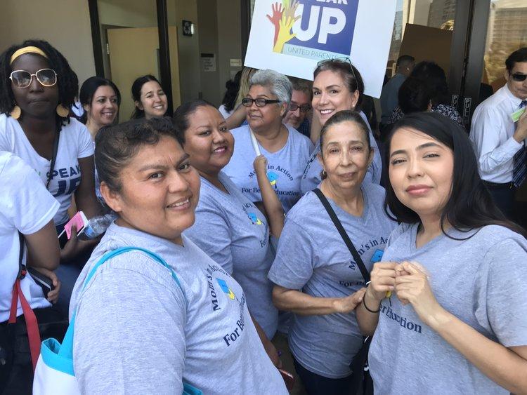 Madres de Speak UP y de Moms in Action ABOGAn por la resolución Close the Gap
