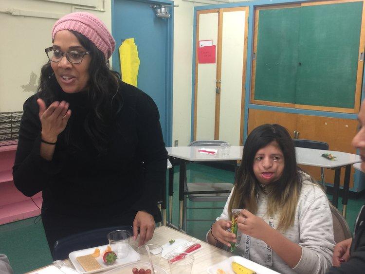 La directora CHARMAIN YOUNG dio clase a los alumnos EN LA ESCUELA MARLTON