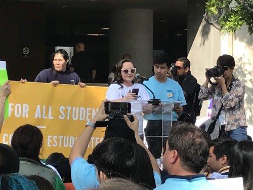 Roxann Nazario habla en una manifestación de 3,500 padres, estudiantes y educadores que se opusieron a la moratoria sobre las escuelas chárter.