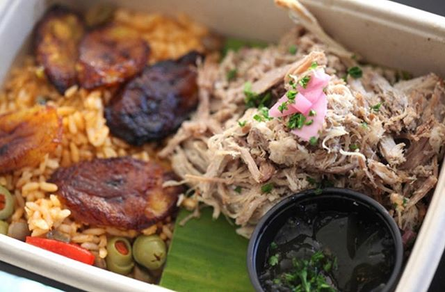 Savory and sweet Puerto Rican food in a box! 🍲Try the citrusy roasted pulled-pork simmered with Latin flair and served with cured onions in arroz con gandules, a rice mix of pigeon peas, along with a side of sweet plantains. . . . . . #eatchefbox #chefbox #lamealprep #losangelesmealprep  #pasadena  #lablogger #pasadenaeats #pasadenarestaurant #losangeles #la #losangeleseats #lafoodie #laeats #eaterla  #lafood #infatuationla  #pasadenaweekly #latimesfood #discoverla #losangeleschef #southpasadena #sangabriel #pasadenafoodie #lachefs #dinepasadena #puertorico