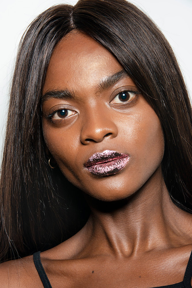 jeremy-scott-spring-2019-beauty-foiled-glitter-lips.jpg