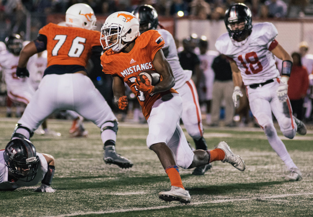 Tori Washington rushes for the Sachse Mustangs. | Shot with Nikon D7200 w/ Nikkor 80-200 f2.8