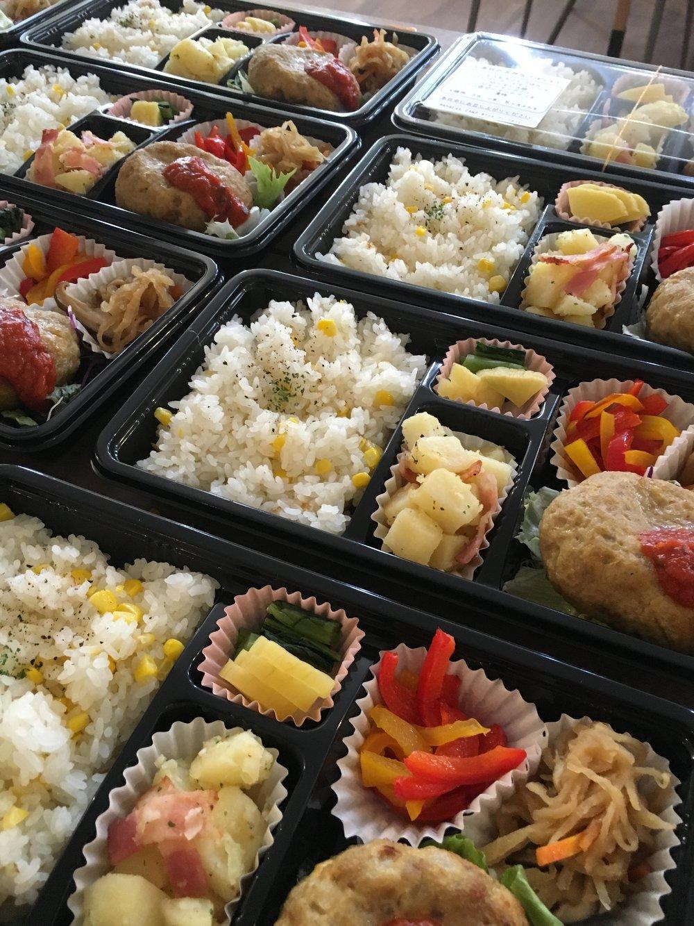 ¥800ヘルシーハンバーグ、副菜3種、コーンご飯.jpg