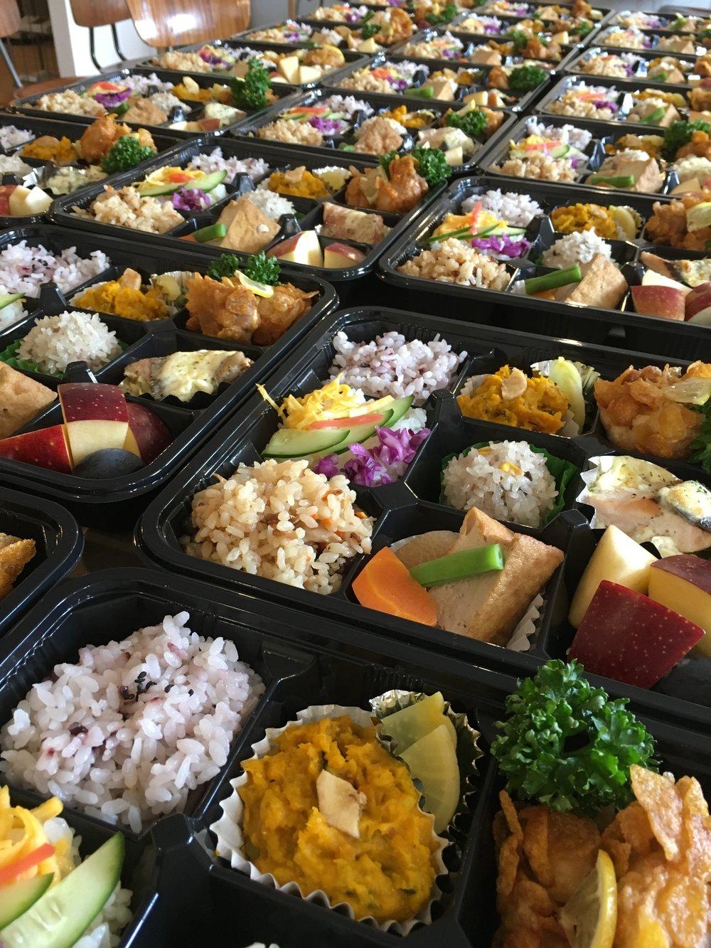 ¥1000きのこ炊き込み.チラシ.黒米キビ.厚揚げ煮物.もち米しゅうまい.かぼちゃとさつまいも.鮭チーズ.唐揚げ2.jpg