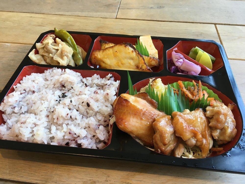 1000 黒米きびご飯.鶏照り焼.焼き芋のフライ.にんじんシリシリ.白身魚の味噌漬.卵焼き.豚肉と大根の煮物.漬物 4.jpg