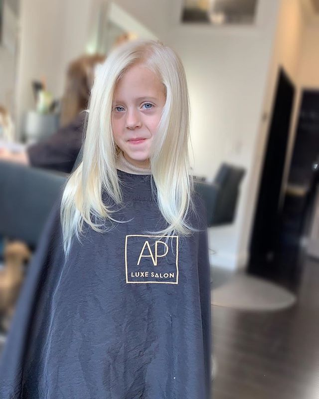 When Mom is out of town but Dads got it handled 👏🏼 Even little girls deserve to be pampered like princesses👸🏼 #FutureAPLuxeGirl #LittleLuxeLoves #Shampoo #Blowdry