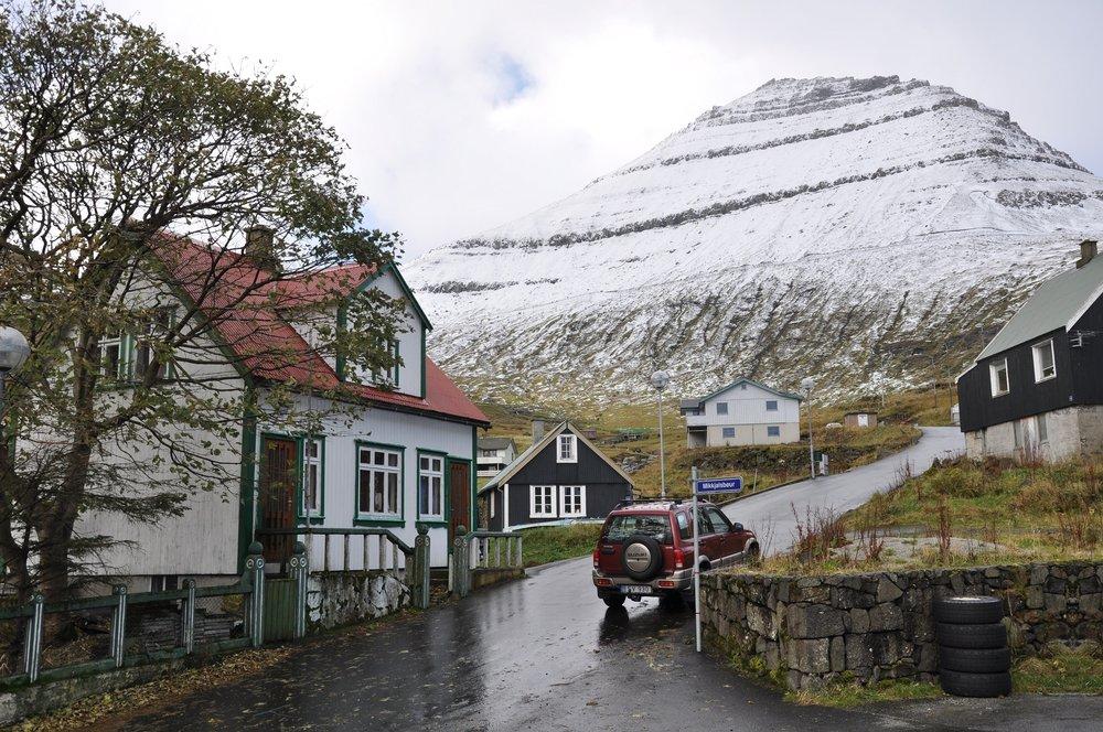 Hægsta fjall í Føroyum, Slættaratindur, og bygdin Funningur. Mynd: Wikipedia