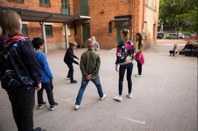 """""""Varje förälders skyldighet att ta upp sexuella trakasserier""""  (Hufvudstadsbladet, 6.8.2018)"""
