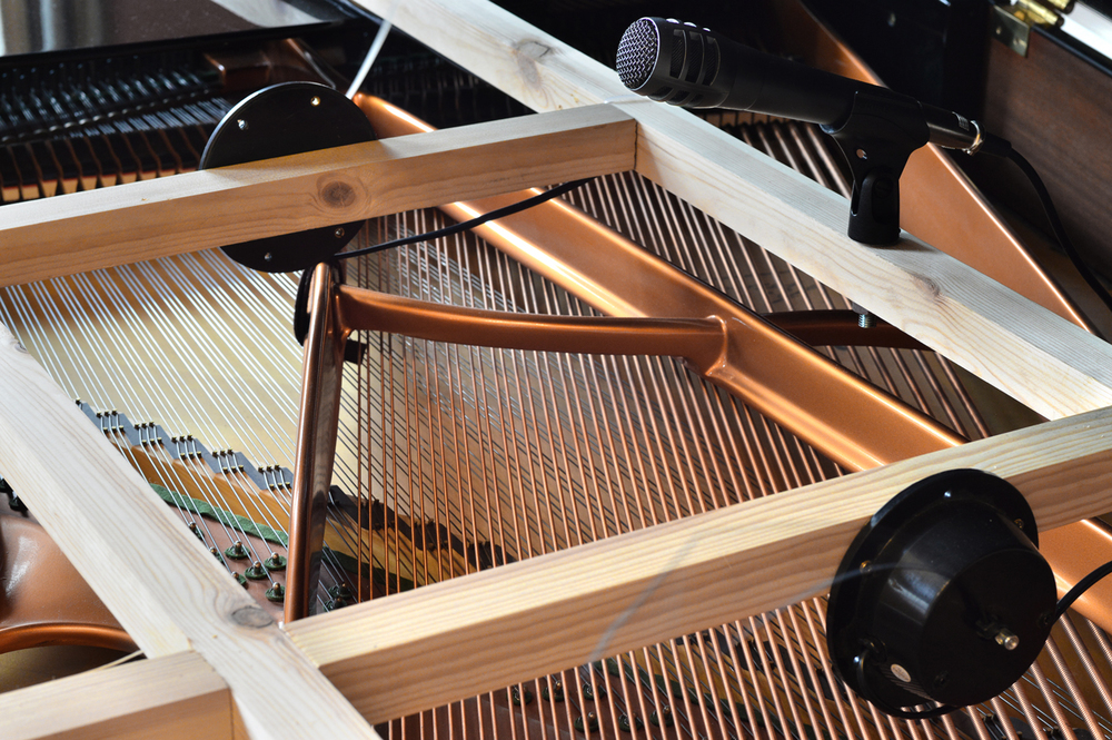 The project takes today the form of an in-situ installation where the action of motors on the musical instruments replaces the gestures of the performer.