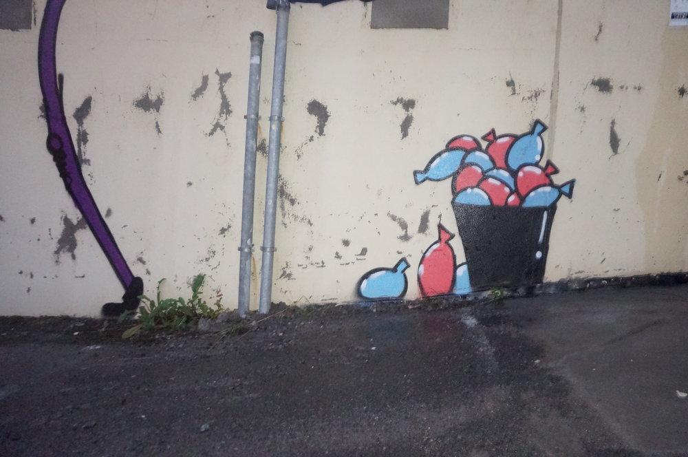 En bøtte med vannballonger.