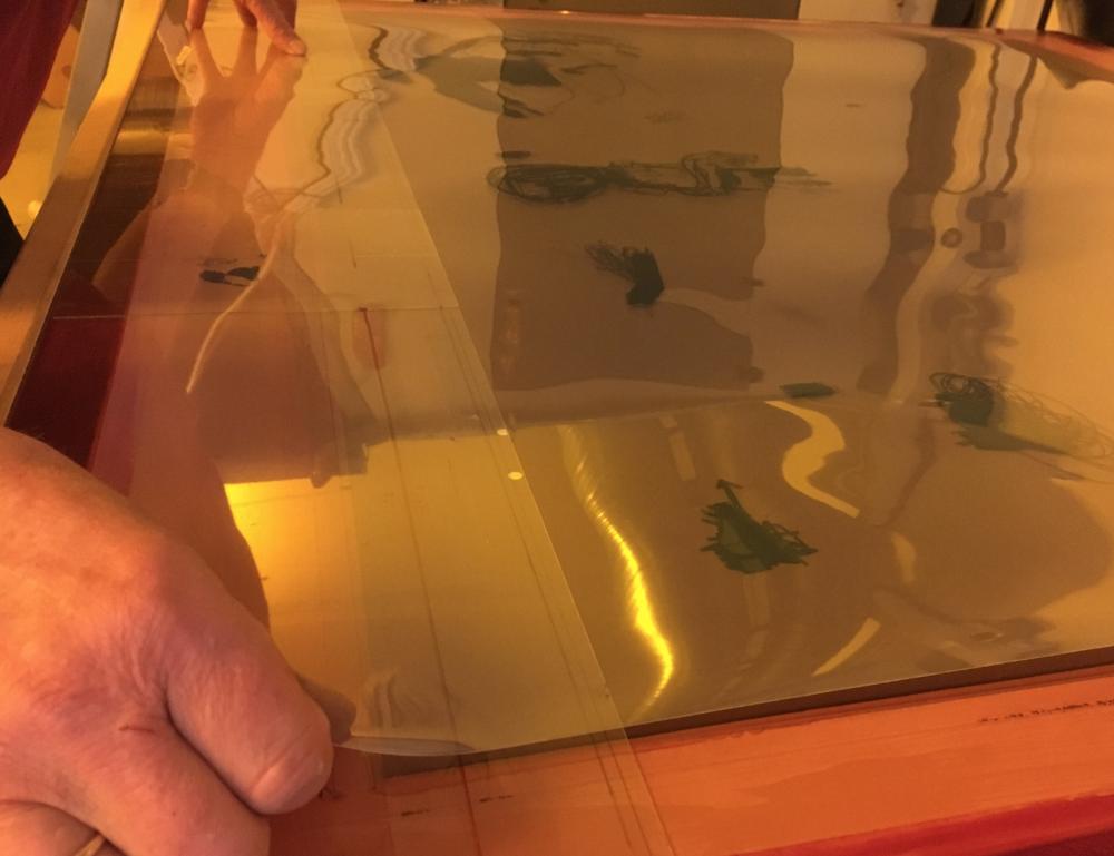 De transparente arkene tapes på silkeduken før den skal inn i lysmaskina from outer space.