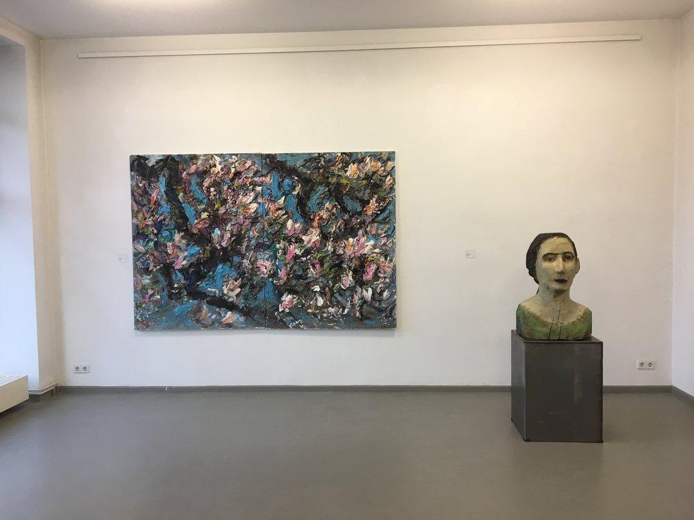 På Galerie Berlin var det tjukke oljemalerier som hadde så mange lag at man måtte gå i bue rundt bildene for å ikke treffe dem, og store treskulpturer som gjaldt.