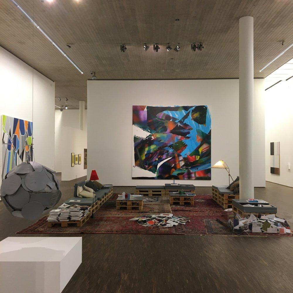 """""""My Abstract World"""" var en kul utstilling. me Collectors Room var stappfull av nonfigurativ crazyness. Og de hadde sittegrupper der man kunne ringe å bestille kaffe fra. Kult."""