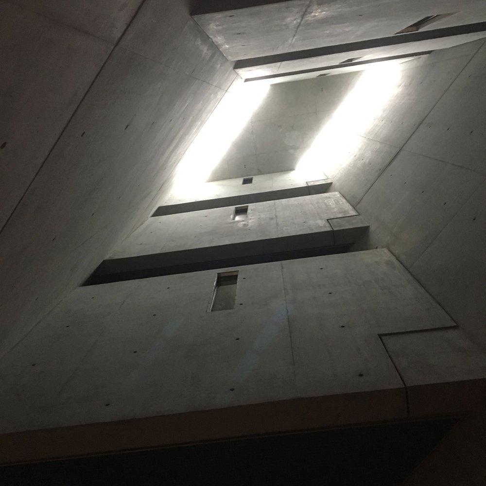 Store, harde flater med gjennomtenkt innslipp av naturlig lys. Mektig!