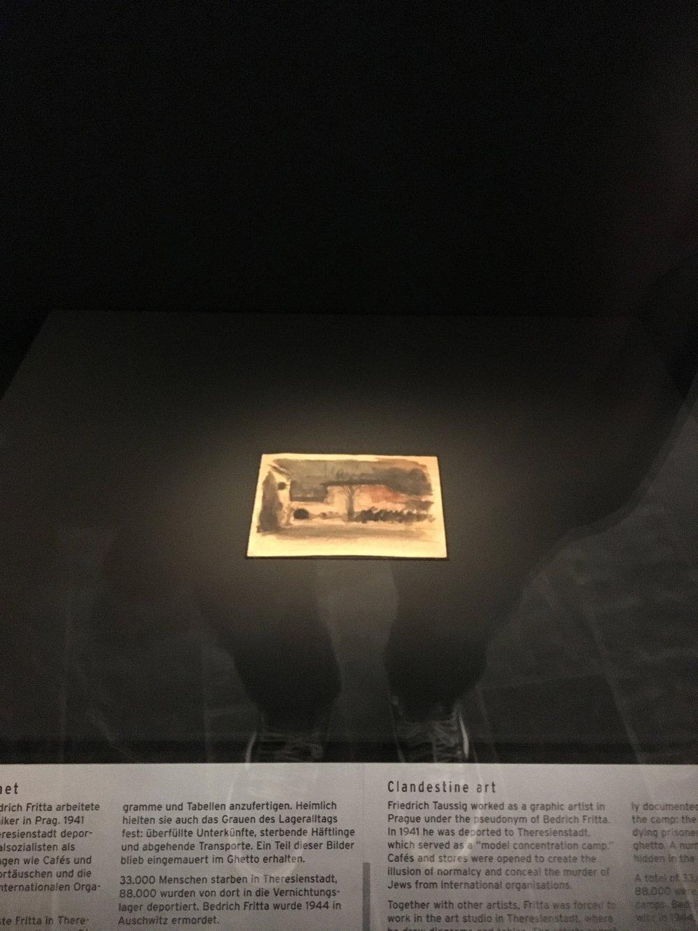 Dette var en av mange historier som rørte meg. Den grafiske designeren Friedrich Taussig ble tvunget til å tegne div dokumenter for Tyskerne, men i det skjulte malte han små malerier av konsentrasjonsleiren han satt i og gjemte maleriene i veggene. Det lille maleriet i bildet er av en forbrenningsovn. :(