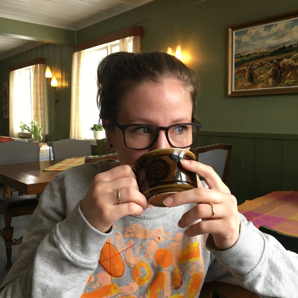 Caroline nyter kaffe, utsikt og good vibes.