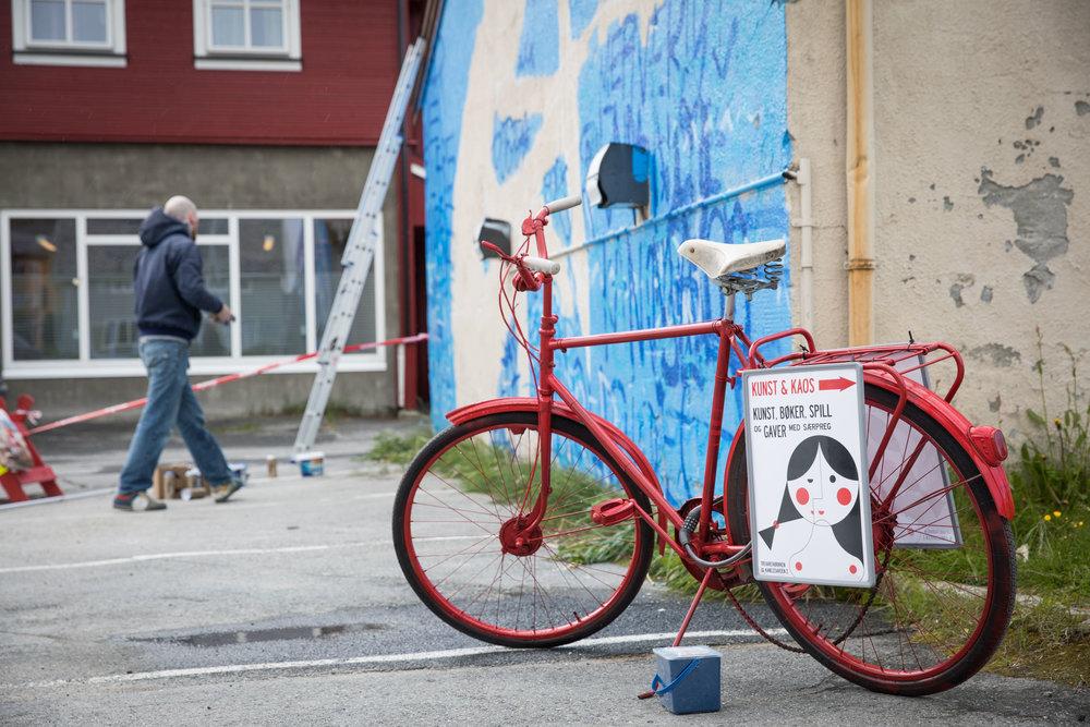 Kunst & kaos sykkelen ventet tålmodig på mitt arbeid.
