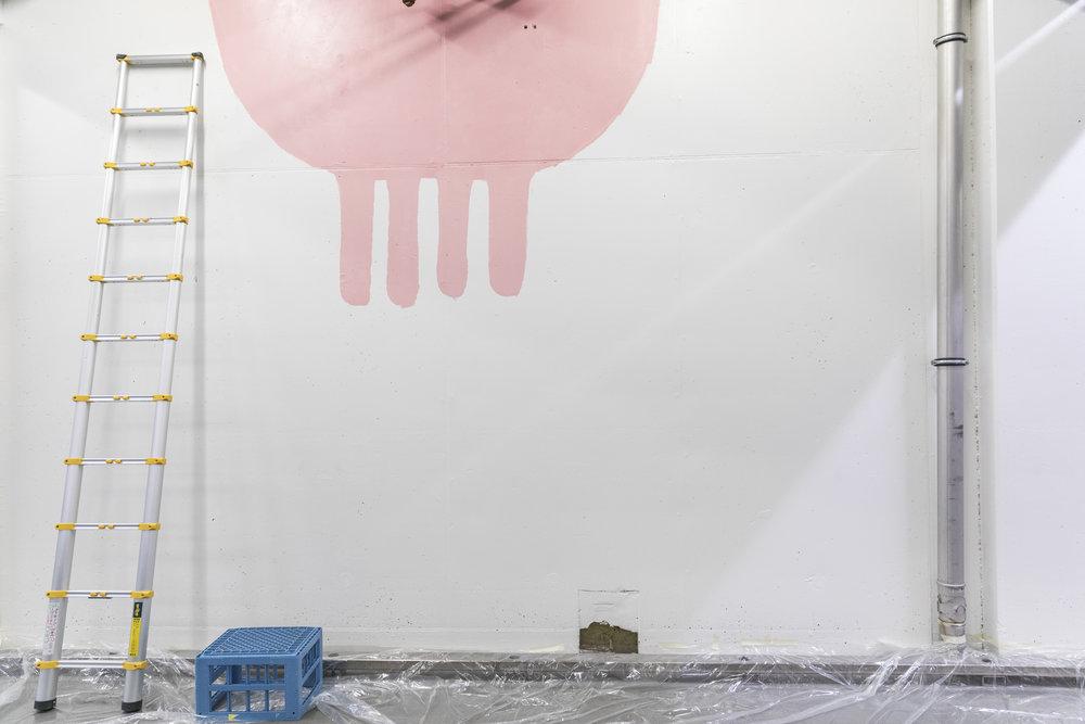 Jur til tørk. Jeg maler neste vegg.