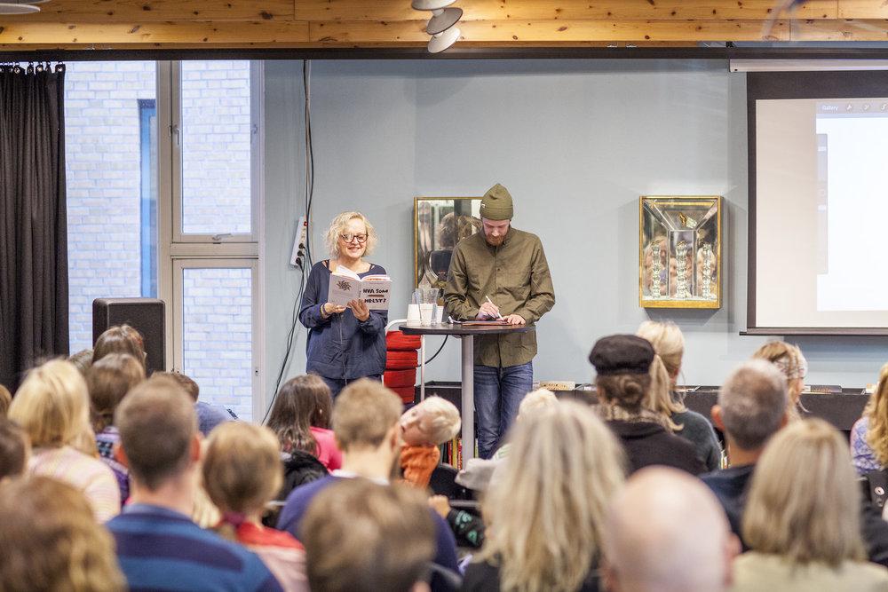 Marianne Meløy leste høyt fra boka. Jeg tegnet det hun leste når hun leste det.