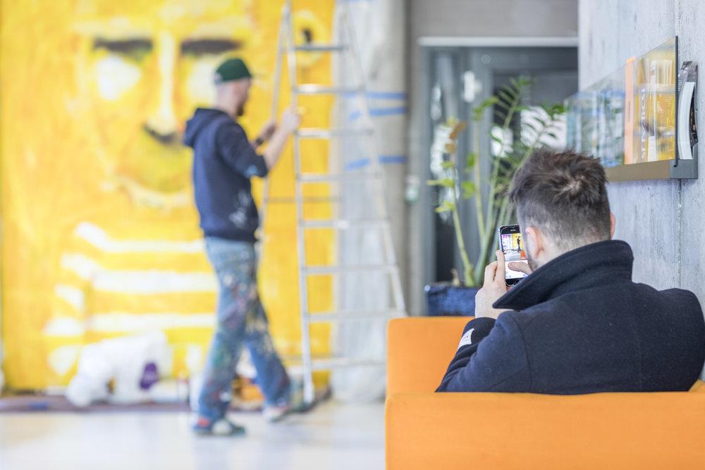 Gallerist (og kurator for veggen), Erlend, fra Galleri Geo livestreamet deler av prosessen.