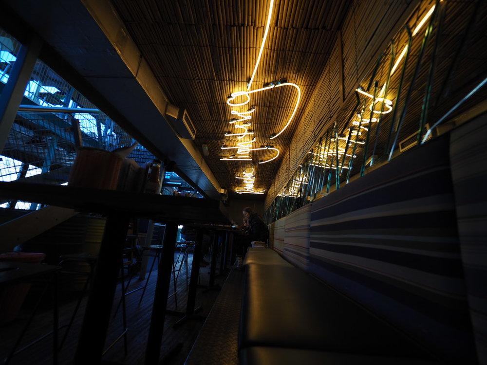 Typografisk lysdekor på tacorestaurant.