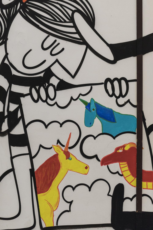 Stolt jente viser fram kunsten sin. Kunsten er laget av tre av ungdommene fra Dalgård.
