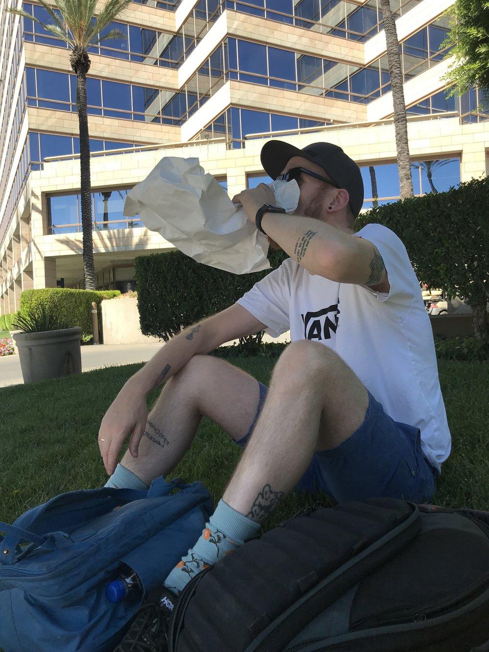 Øl i papirpose, mens vi ventet på Über.
