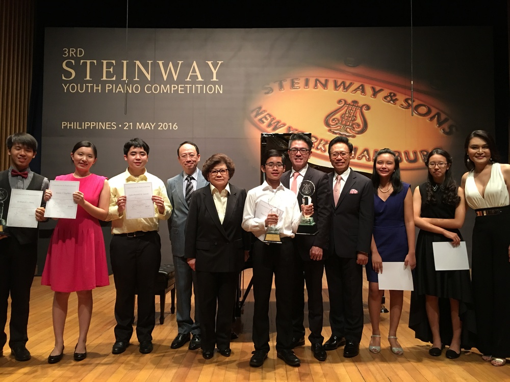 Grand Prize Winner (6th from the left): Hansel Ang