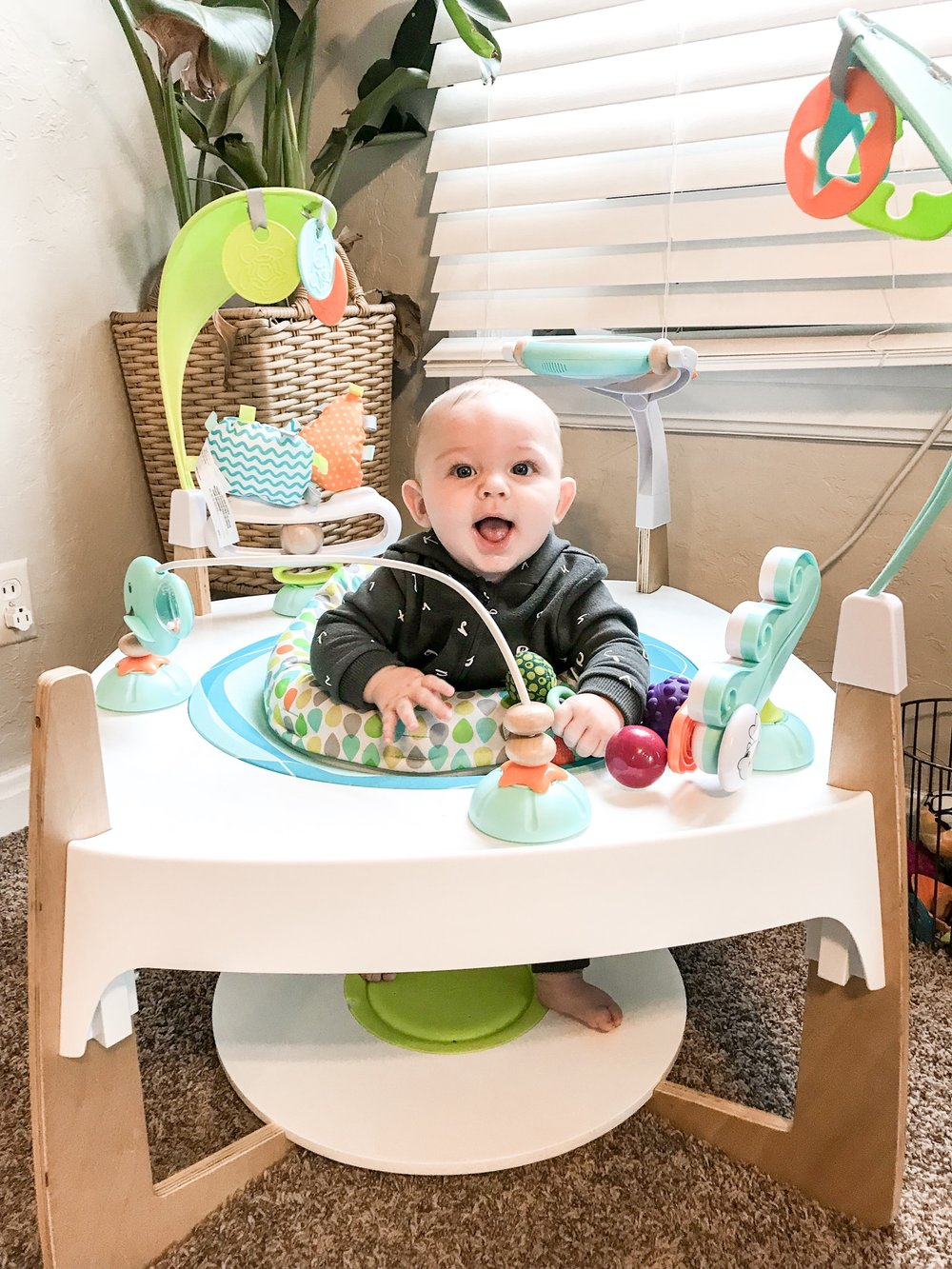 EVENFLO EXERSAUCER ACTIVITY CENTER - Your baby will play for 30 minutes straight with this thing! MOM WIN!