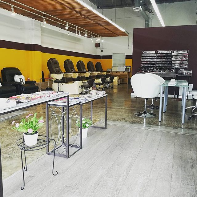 Not even construction can stop us, come by we are open for business #nails #tiptotoe #nailsdesign #usc #latradetech #mountstmarys #losangeles