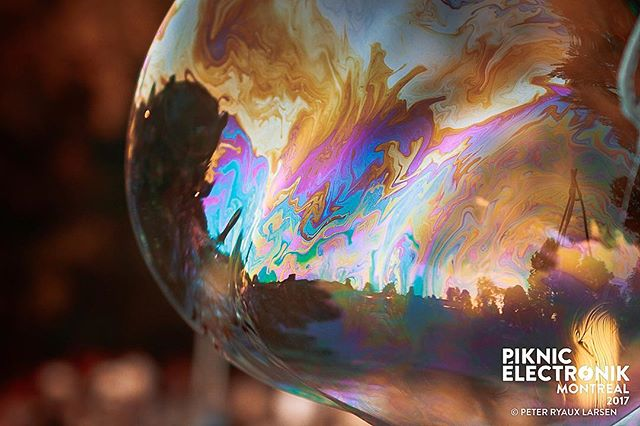 #piknicelectronik #parcjeandrapeau #livemusic #festivals #montreal #mtl #electronicmusic #downtempo #goodvides #goodmusic #neon #canon #2018 #summer #summervibes #feels #sunshine #happyplace #bubbles #blowbubbles #balloon #colour #rainbow #candy