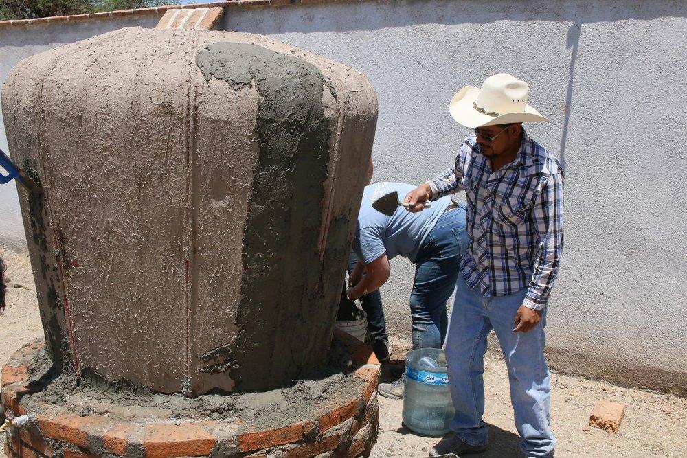 (2) La primera capa de cemento por encima del lodo seco.