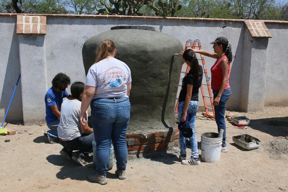 (3) Aplicación de una capa lisa sobre la cuarta capa de cemento.