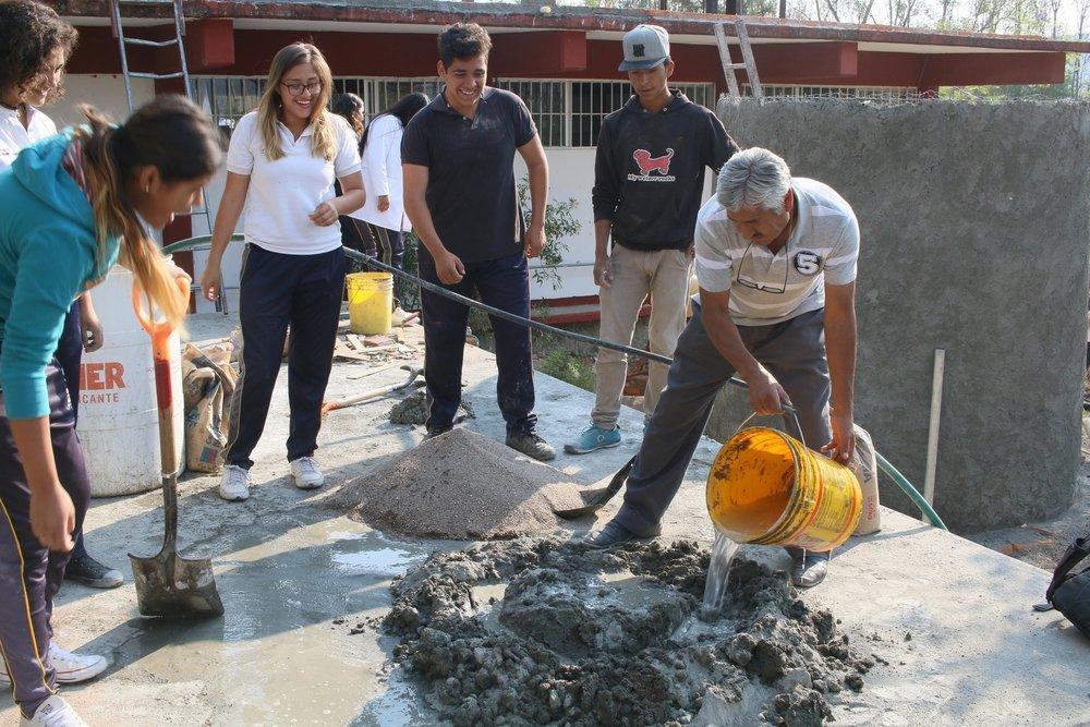 Un maestro se involucra en la construcción.