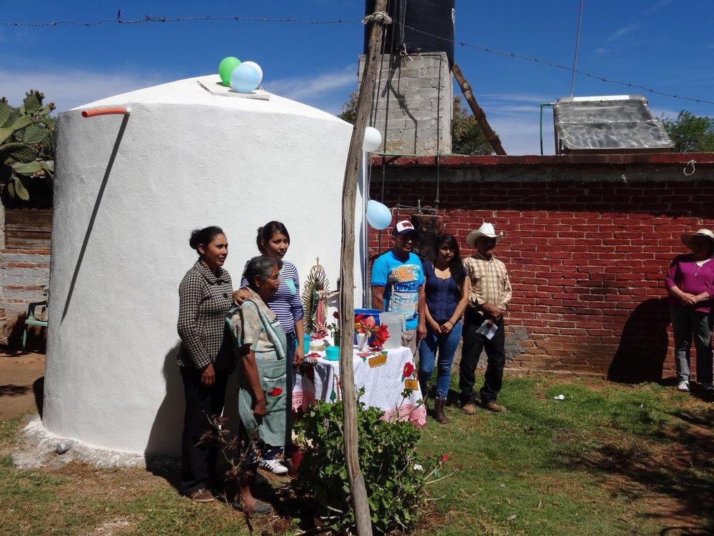 Una familia inaugura su nueva cisterna