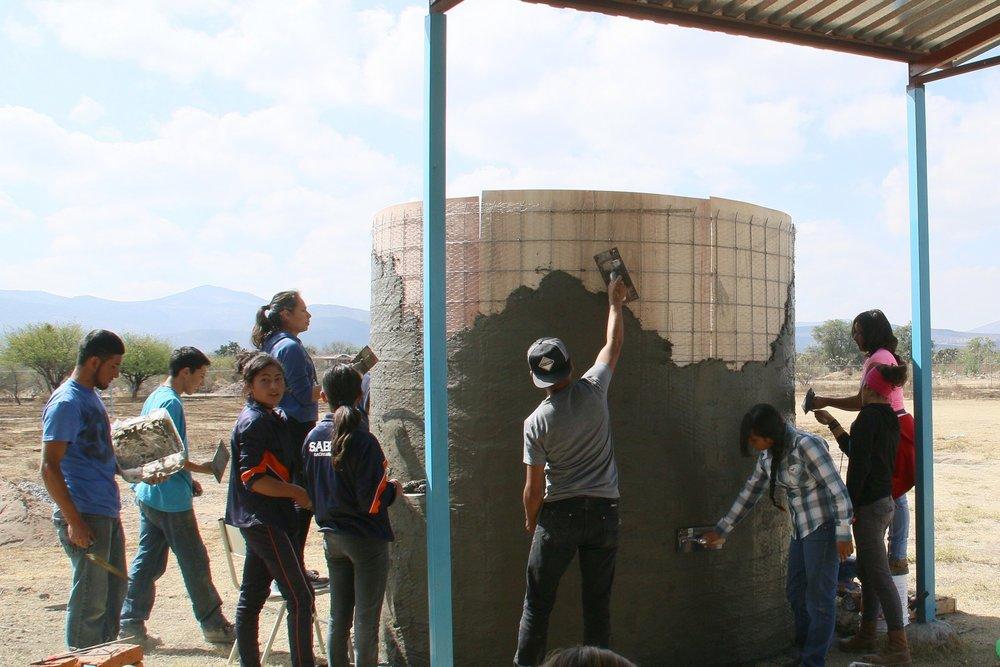 Los estudiantes del Bachillerato de Cerritos trabajan juntos